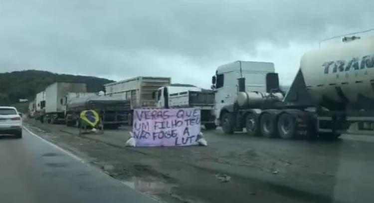Paralisação dos caminhoneiros bloqueiam rodovias em 15 estados